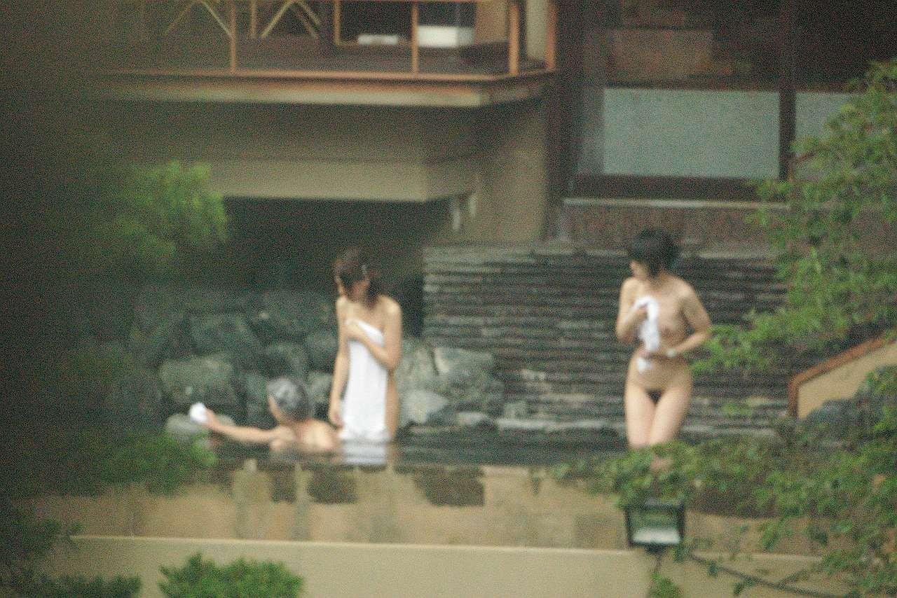 【女子風呂エロ画像】同性の仕業だから可能…生々しい女風呂を内部から暴く! 28