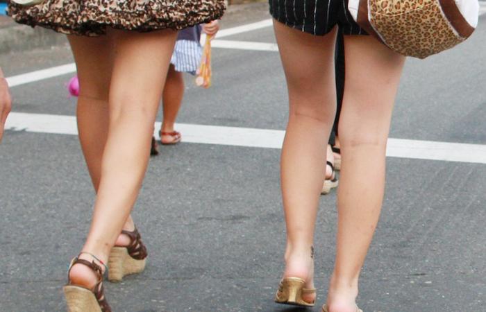 【美脚エロ画像】暑くても密着したい太ももw街の美味しそうな美脚追っかけwww 001