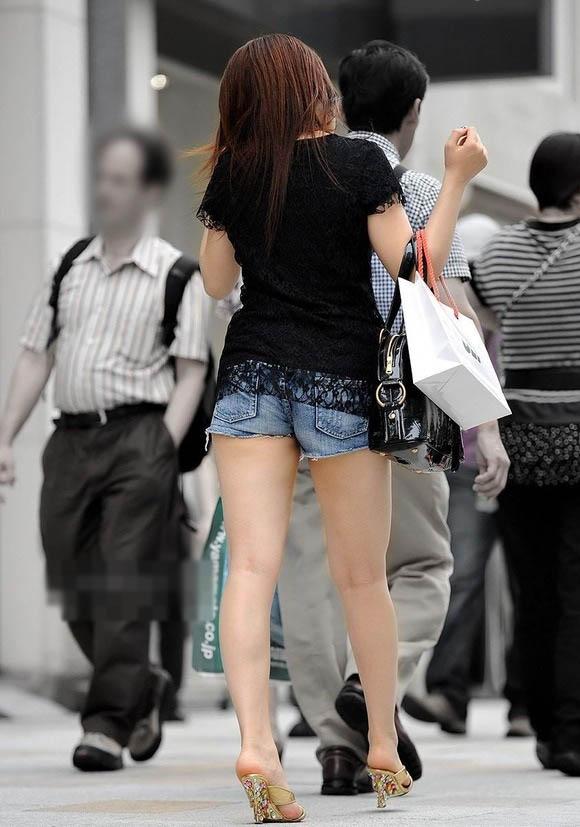 【美脚エロ画像】暑くても密着したい太ももw街の美味しそうな美脚追っかけwww 03
