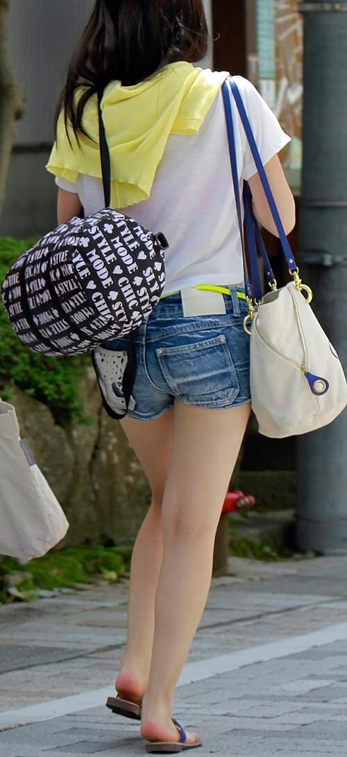 【美脚エロ画像】暑くても密着したい太ももw街の美味しそうな美脚追っかけwww 10