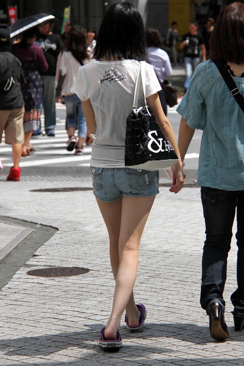 【美脚エロ画像】暑くても密着したい太ももw街の美味しそうな美脚追っかけwww 27