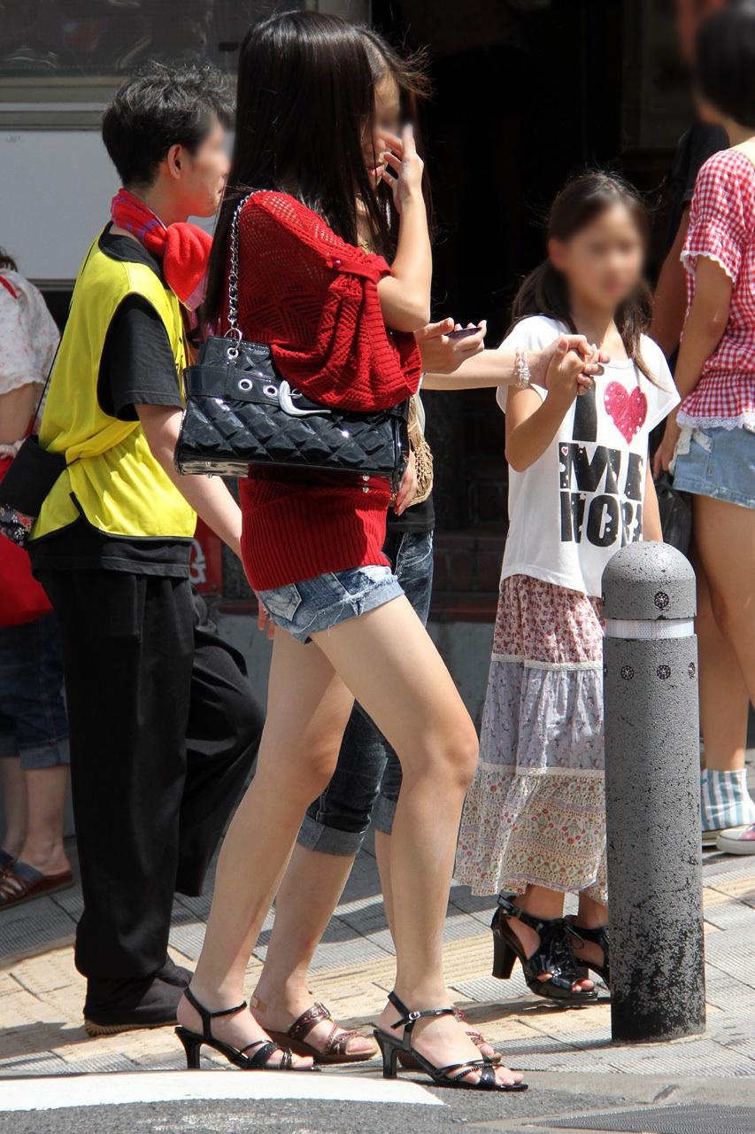 【美脚エロ画像】暑くても密着したい太ももw街の美味しそうな美脚追っかけwww 28