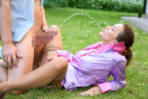 【海外エロ画像】(※閲覧注意)何故か嬉しそうにゴクゴクw変態外人の飲尿www 23