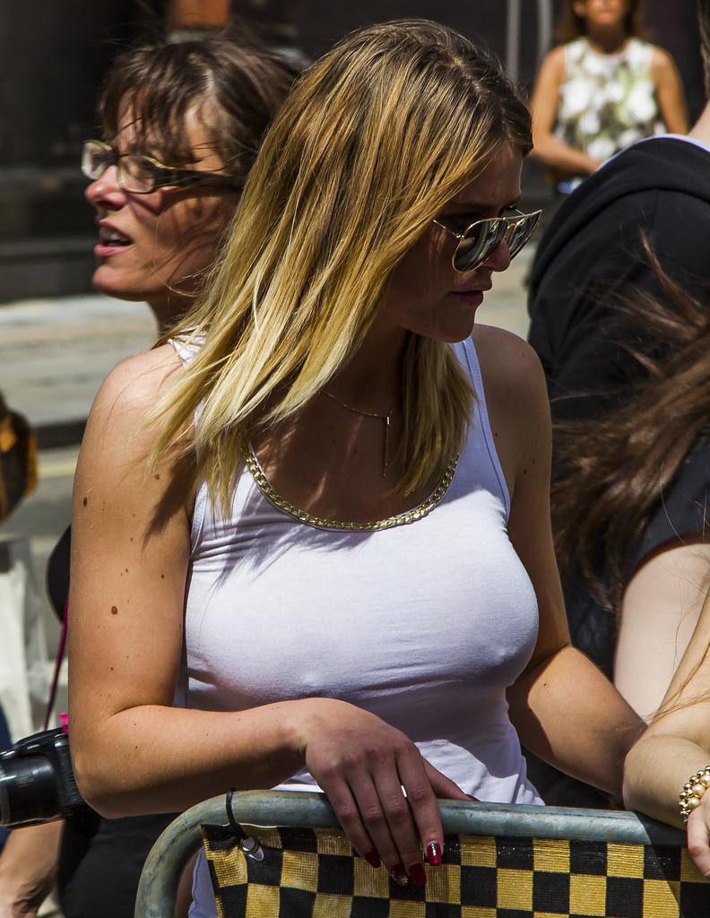 【ノーブラエロ画像】このポッチが嗜みwノーブラ主義な外人さんの堂々たる乳首勃ちwww 26