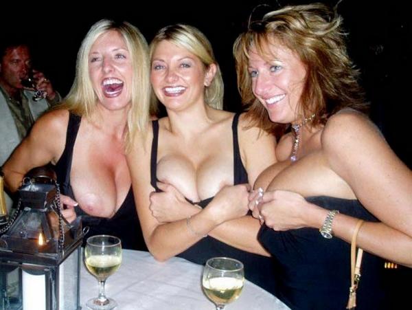 【海外悪ノリエロ画像】すぐ乳出しちゃって…おふざけで露出する外人さんwww 25