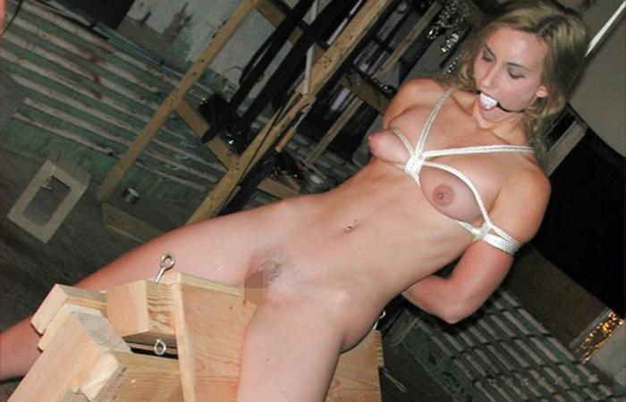 【SMエロ画像】鋭利な背中に乗って絶叫するM女たちの三角木馬拷問www 001