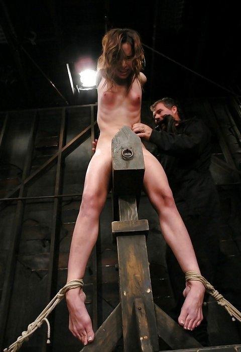 【SMエロ画像】鋭利な背中に乗って絶叫するM女たちの三角木馬拷問www 03