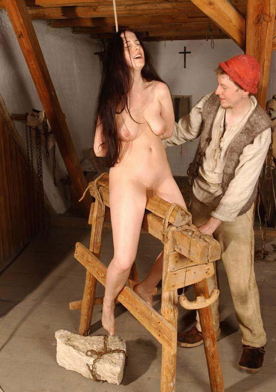 【SMエロ画像】鋭利な背中に乗って絶叫するM女たちの三角木馬拷問www 09