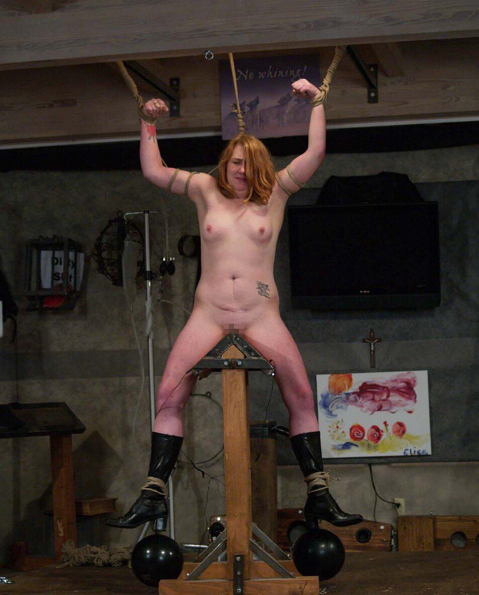 【SMエロ画像】鋭利な背中に乗って絶叫するM女たちの三角木馬拷問www 15