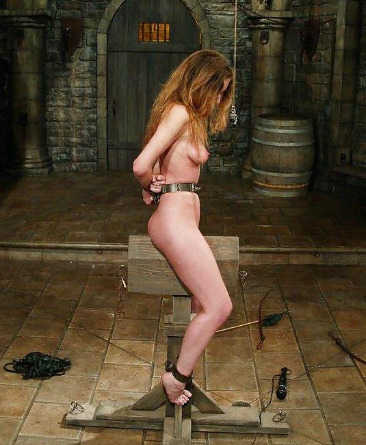 【SMエロ画像】鋭利な背中に乗って絶叫するM女たちの三角木馬拷問www 22
