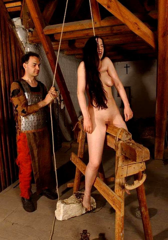 【SMエロ画像】鋭利な背中に乗って絶叫するM女たちの三角木馬拷問www 24