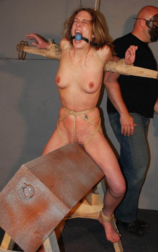 【SMエロ画像】鋭利な背中に乗って絶叫するM女たちの三角木馬拷問www 27