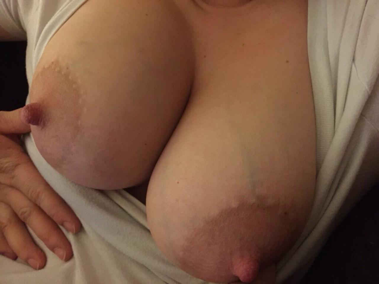месяц назад пухлые коричневые соски на грудях все это нереально