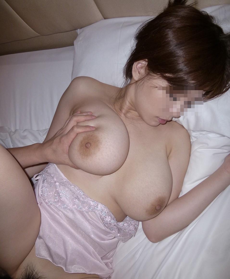 【性交エロ画像】電気消してという要望なら却下!正面から丸見えな正常位セックスwww 30