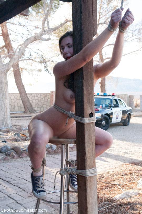 【露出エロ画像】脱出不可能w拘束状態で露出に及んだ海外M女の皆さんwww 15