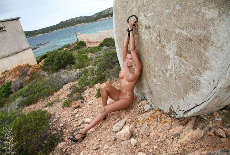 【露出エロ画像】脱出不可能w拘束状態で露出に及んだ海外M女の皆さんwww 18