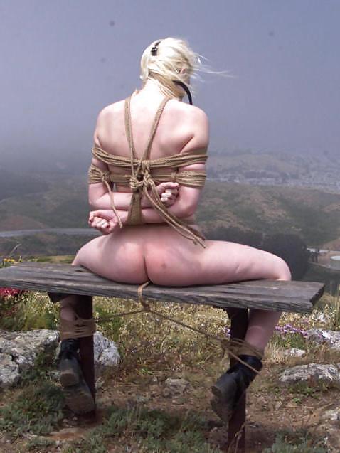 【露出エロ画像】脱出不可能w拘束状態で露出に及んだ海外M女の皆さんwww 27