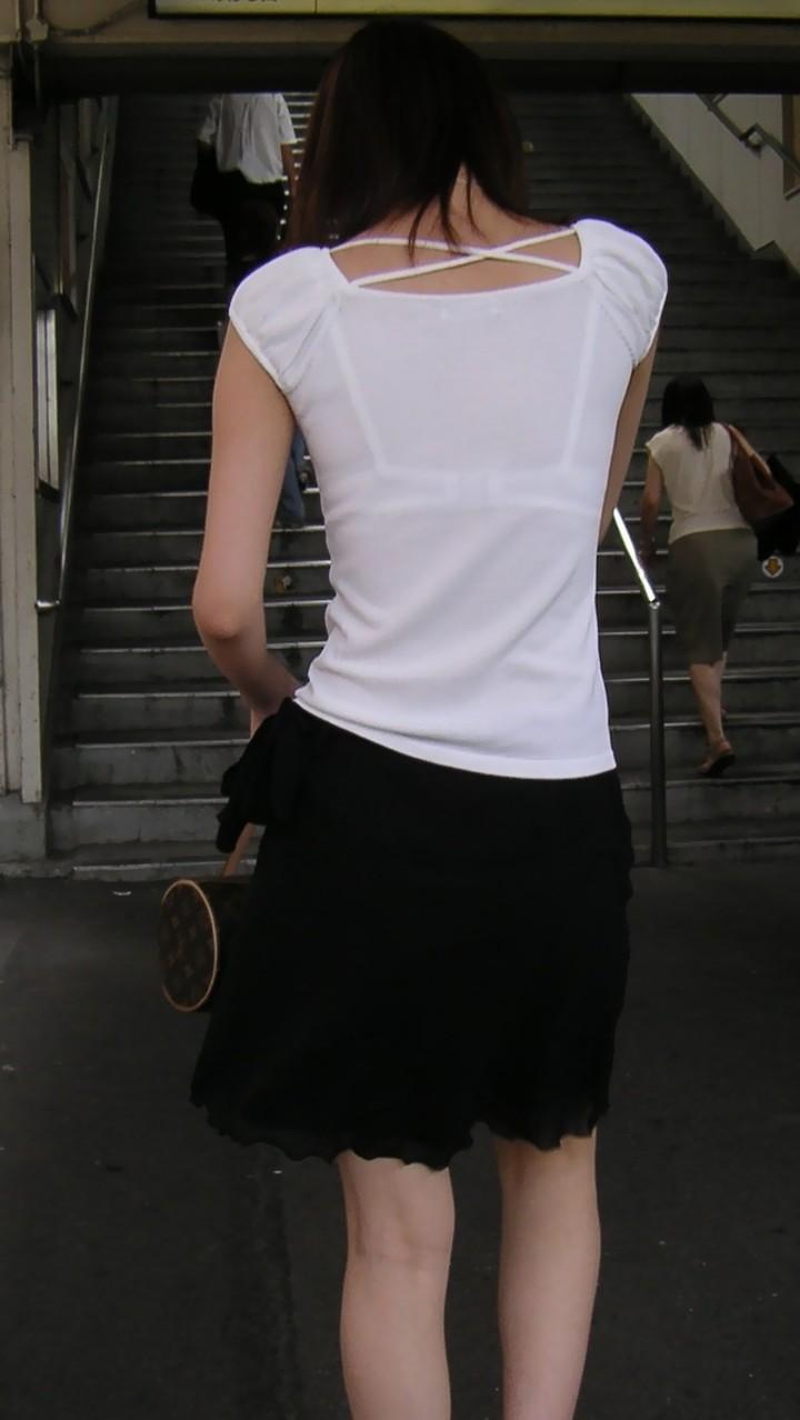 【透けブラエロ画像】してない場合は正面へ…弱いエロさがそそる背中のブラ透けwww 04