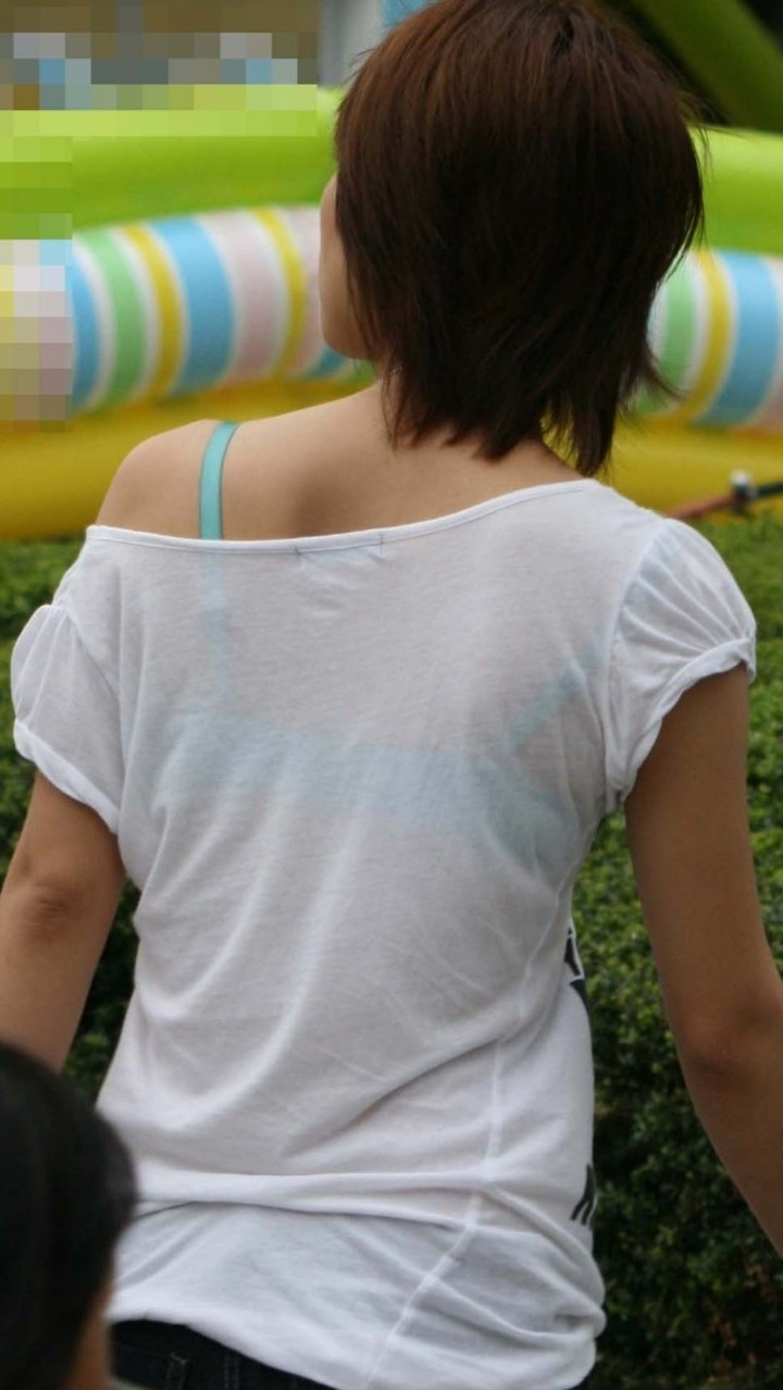 【透けブラエロ画像】してない場合は正面へ…弱いエロさがそそる背中のブラ透けwww 12