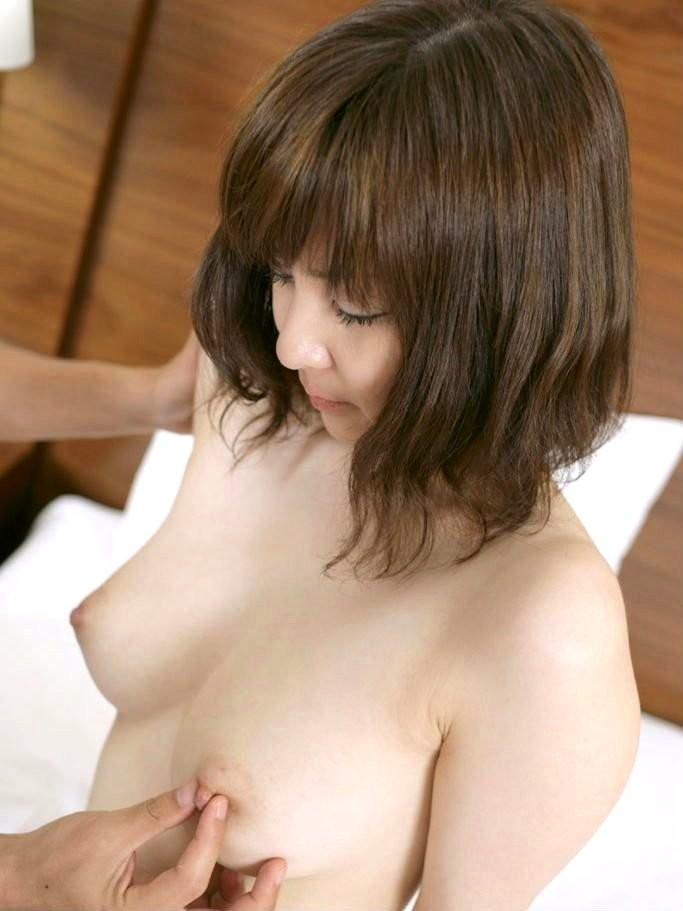 【乳首エロ画像】反応を見て力加減w弱点の乳首を責められ悶える女子たちwww 01