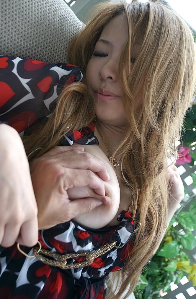 【乳首エロ画像】反応を見て力加減w弱点の乳首を責められ悶える女子たちwww 20