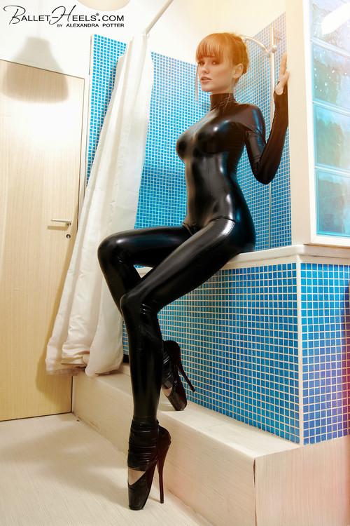 【海外エロ画像】着込んでいるのに卑猥さ醸し出すキャットスーツ着た外人さんwww 21
