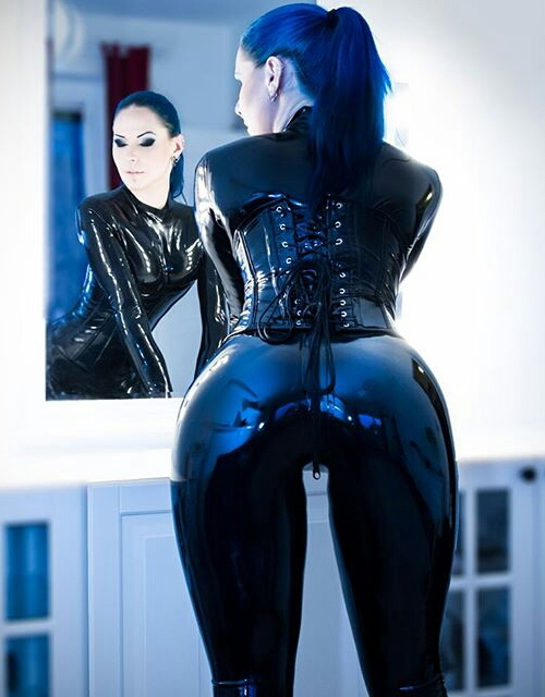 【海外エロ画像】着込んでいるのに卑猥さ醸し出すキャットスーツ着た外人さんwww 22