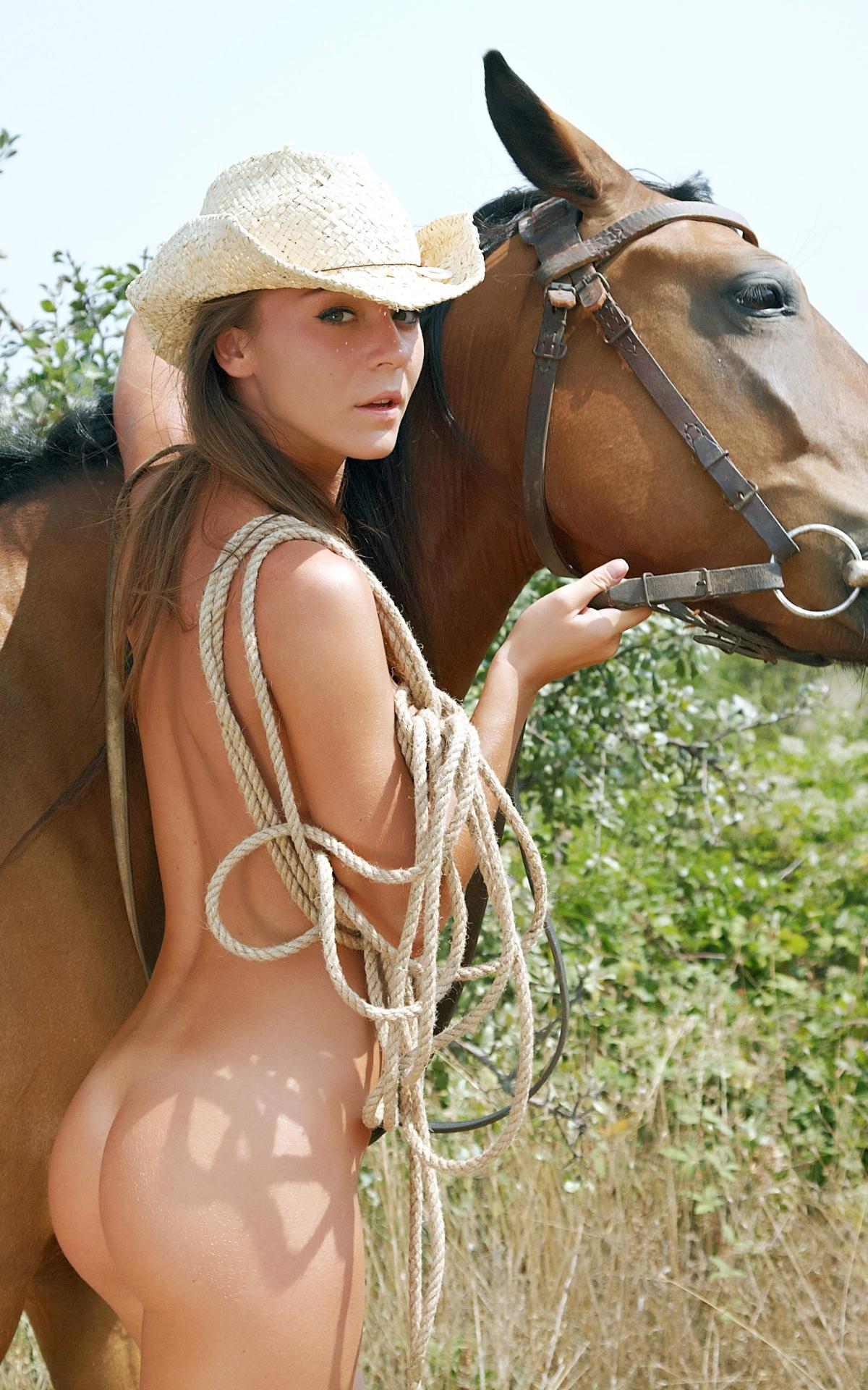 【海外露出エロ画像】馬とはできませんw裸で颯爽と現れたカウガール風美女www 26