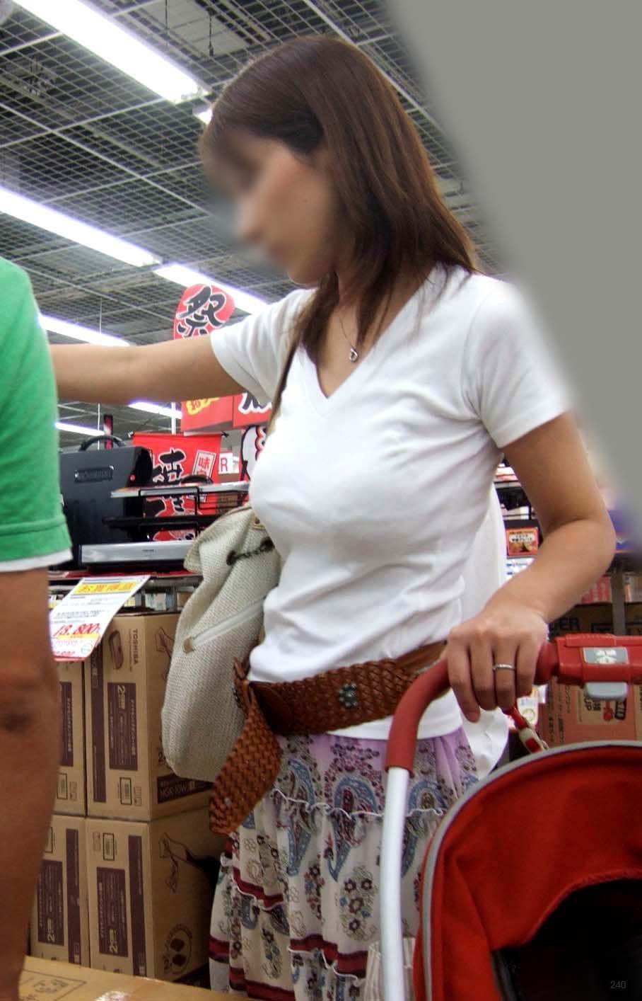 【巨乳エロ画像】東西南北どこにも乳袋w街行けば絶対拝める着衣おっぱいwww 15