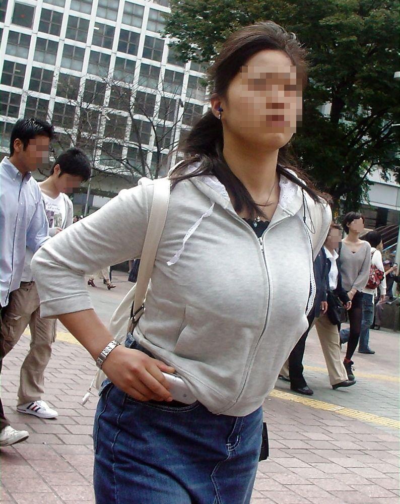 【巨乳エロ画像】東西南北どこにも乳袋w街行けば絶対拝める着衣おっぱいwww 17
