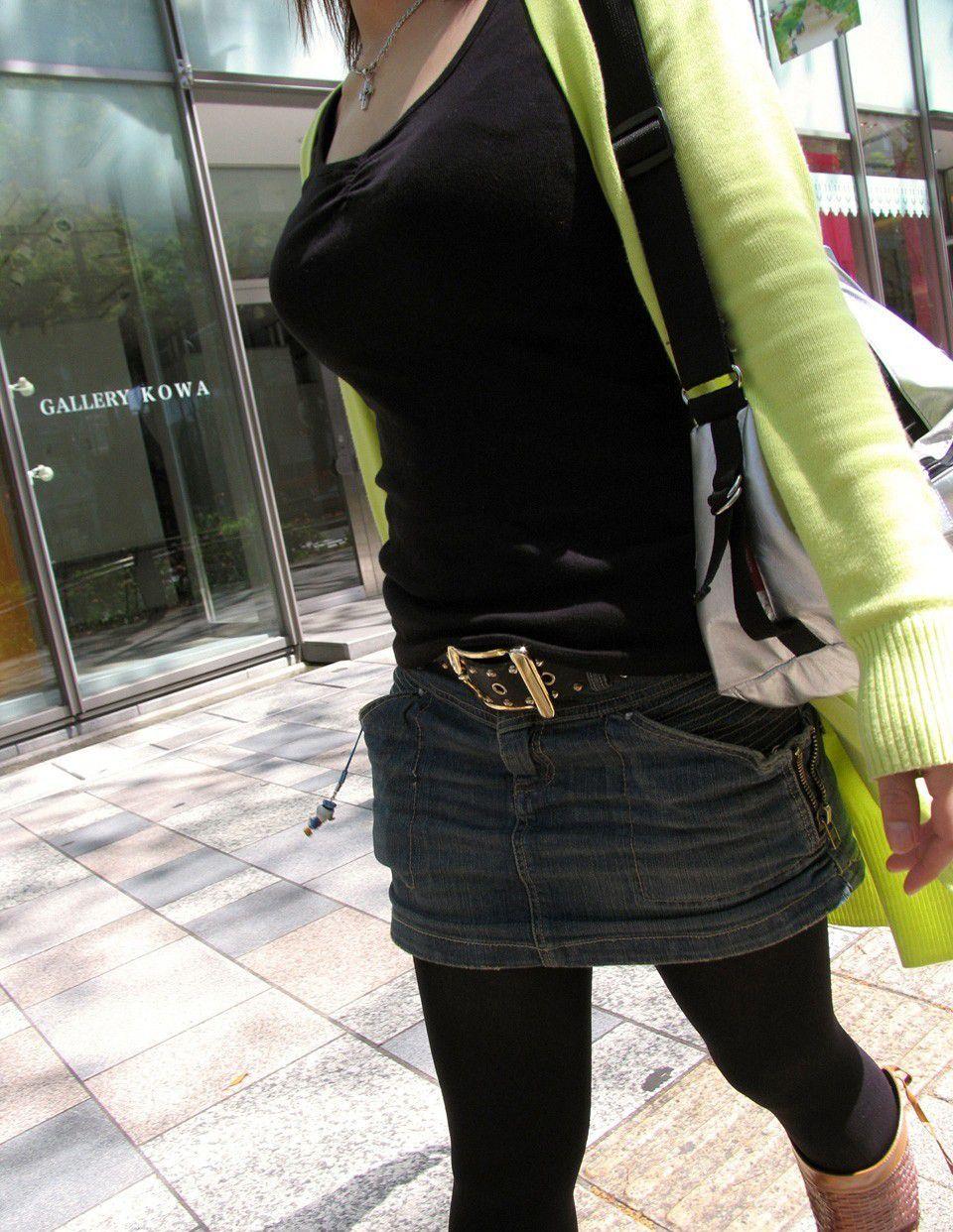 【巨乳エロ画像】東西南北どこにも乳袋w街行けば絶対拝める着衣おっぱいwww 24