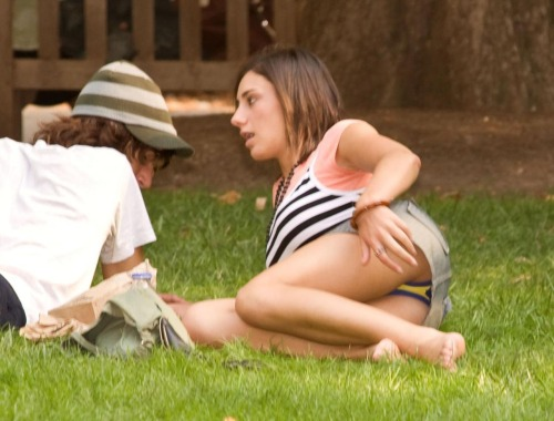 【パンチラエロ画像】草むらで隙だらけwパンツ見せ過ぎな外人さんの休日www 01
