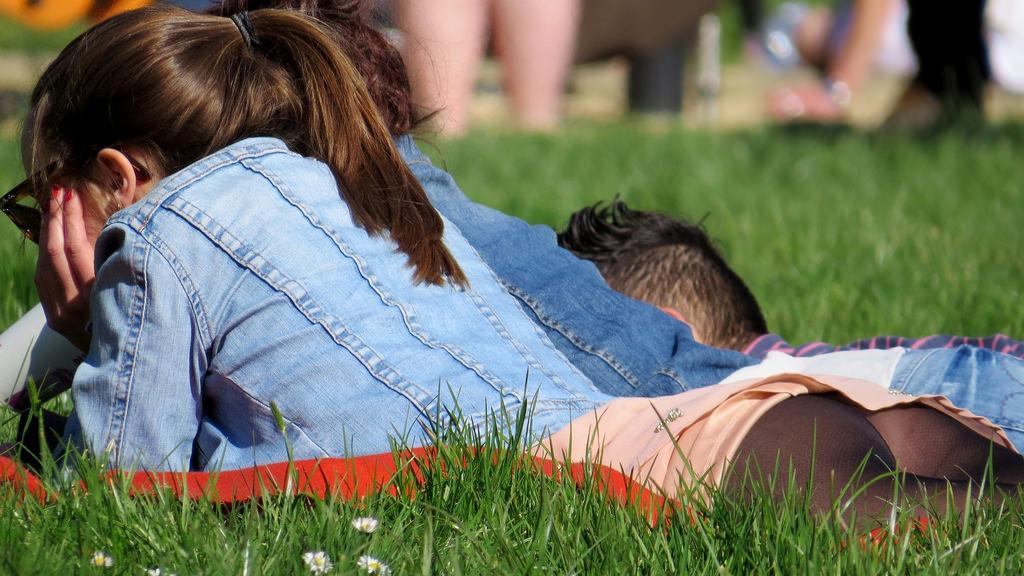 【パンチラエロ画像】草むらで隙だらけwパンツ見せ過ぎな外人さんの休日www 07