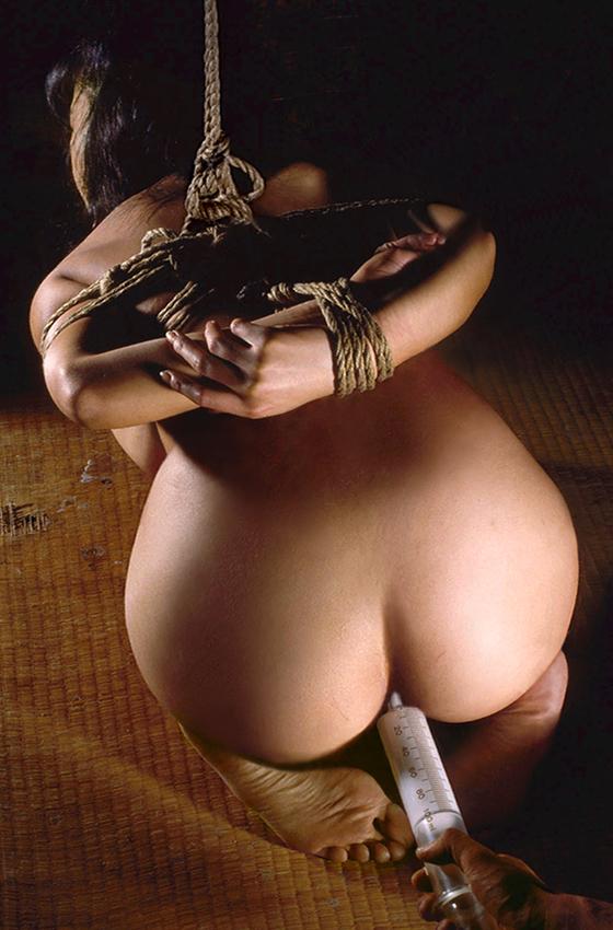 【SMエロ画像】この後待つのは大噴射…恥ずかしく苦しい浣腸される美尻www 03