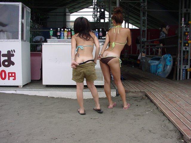 【水着エロ画像】来年の夏も是非生で見たい!ビーチを彩るハミ出しビキニ尻www 03