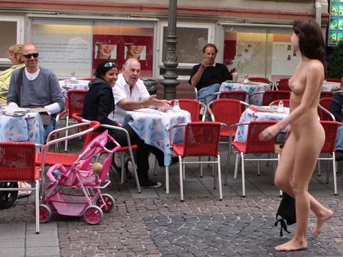 【海外露出エロ画像】雨でも風でも堂々と!恥は愚問な外人さんの露出行為www 11