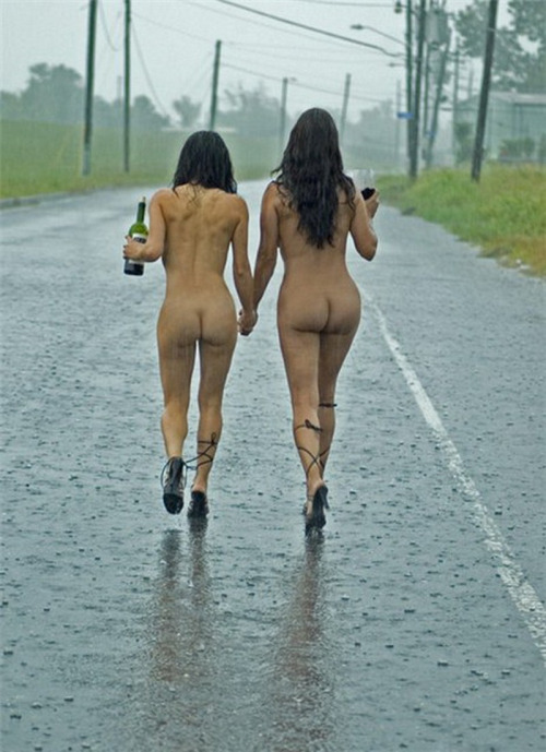 【海外露出エロ画像】雨でも風でも堂々と!恥は愚問な外人さんの露出行為www 19