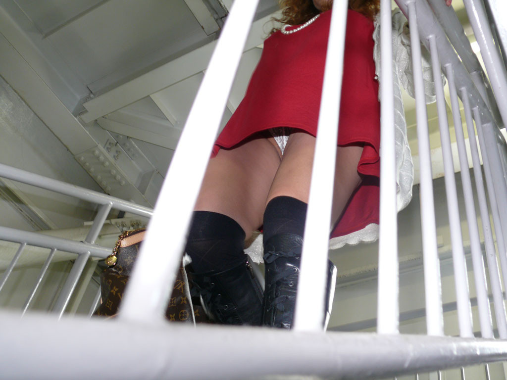 【パンチラエロ画像】履いてるのわかると何故か安心の純白パンチラwww 10