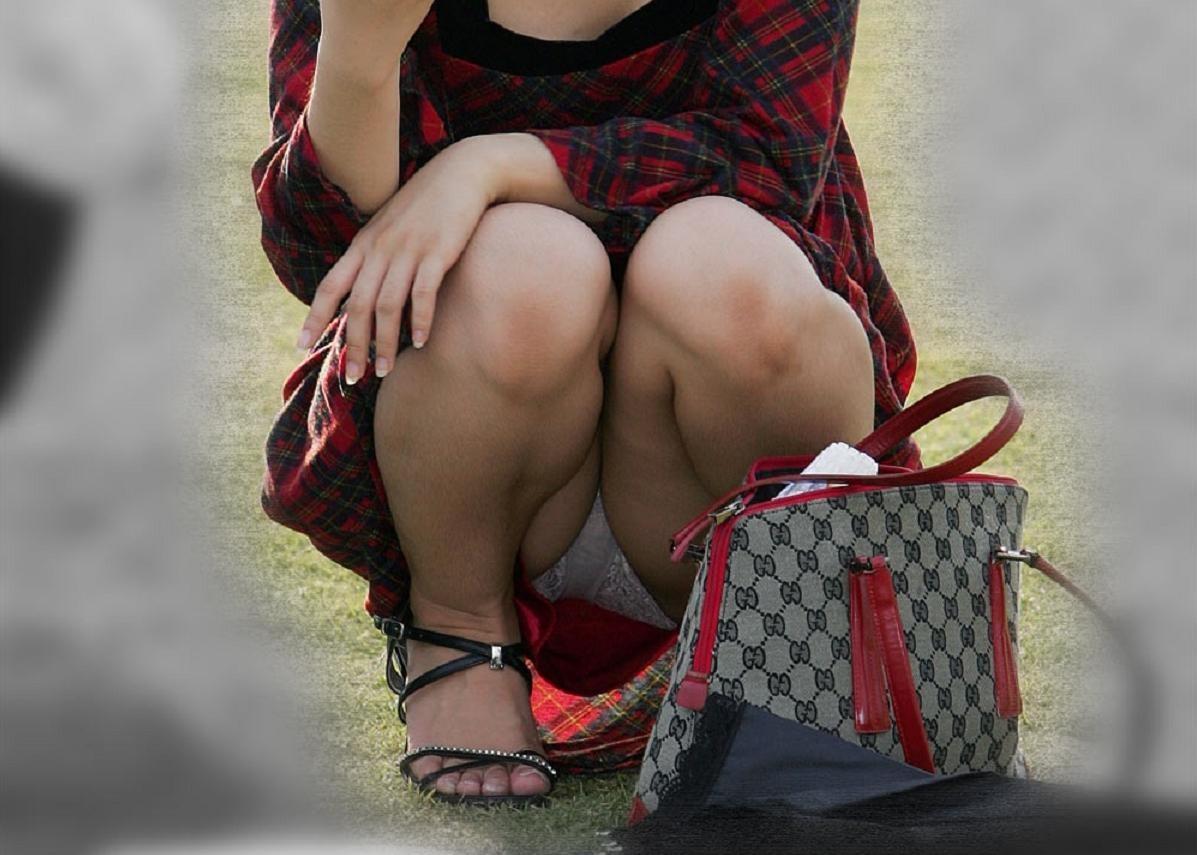 【パンチラエロ画像】履いてるのわかると何故か安心の純白パンチラwww 15