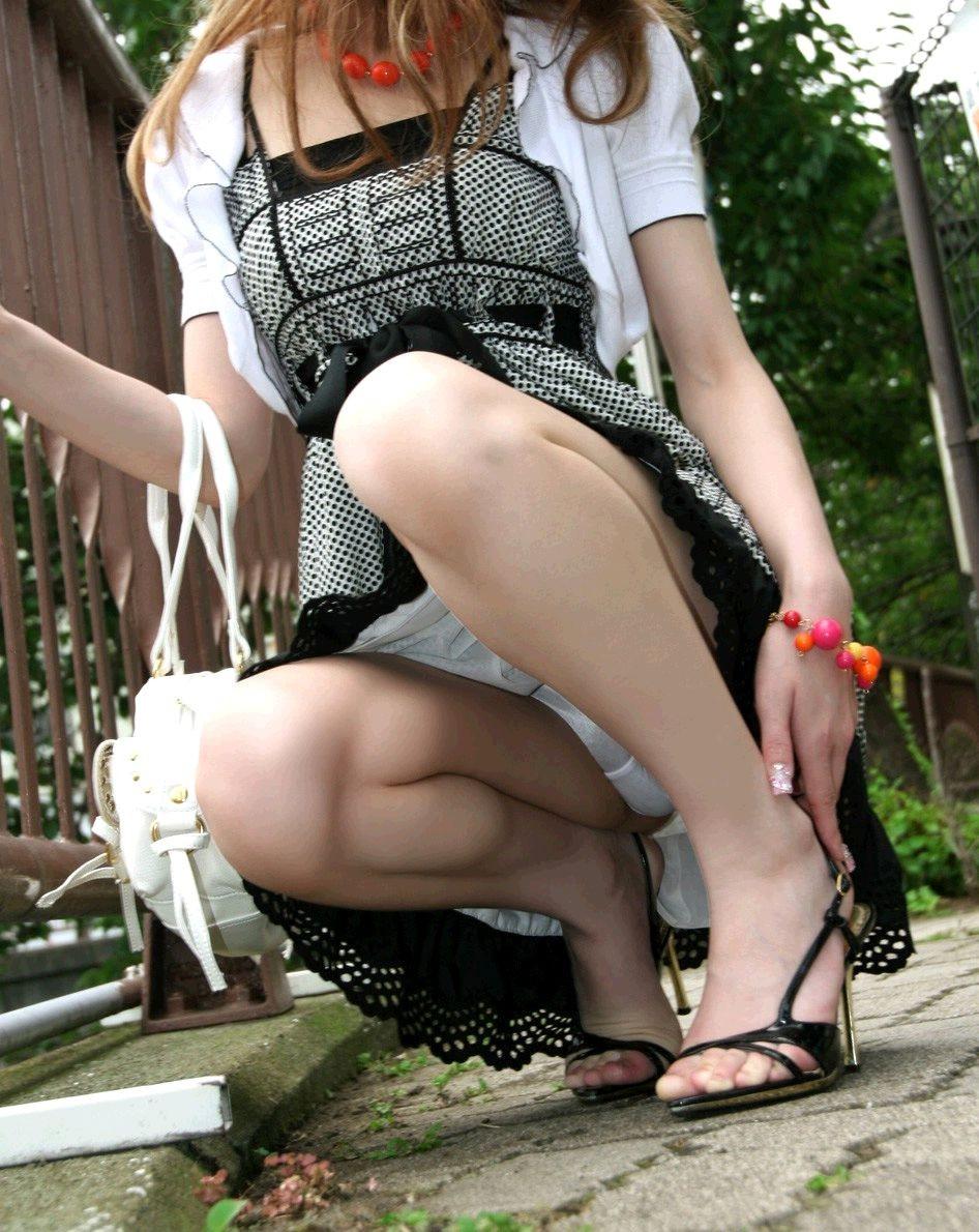 【パンチラエロ画像】履いてるのわかると何故か安心の純白パンチラwww 24