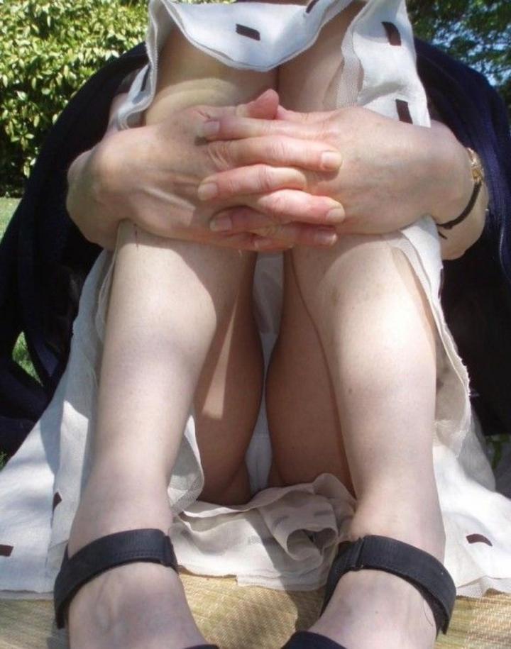 【パンチラエロ画像】履いてるのわかると何故か安心の純白パンチラwww 28