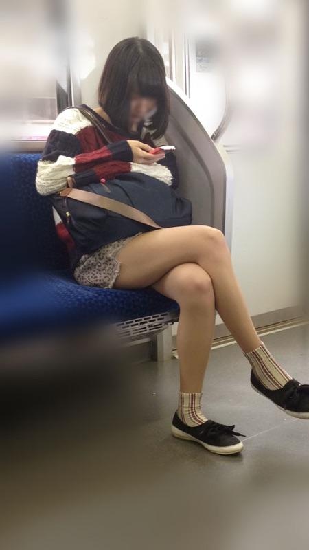 【美脚エロ画像】素人の脚が見たけりゃ電車へ…朝夕はムッチリ太もも見放題! 01