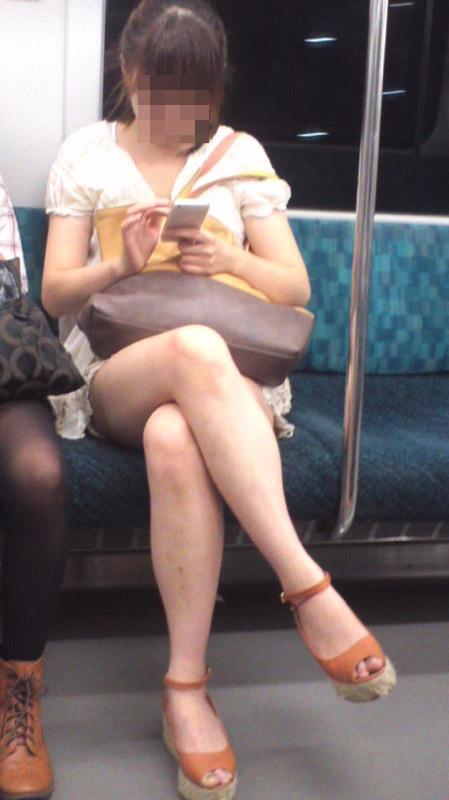 【美脚エロ画像】素人の脚が見たけりゃ電車へ…朝夕はムッチリ太もも見放題! 02