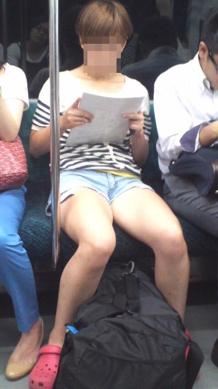 【美脚エロ画像】素人の脚が見たけりゃ電車へ…朝夕はムッチリ太もも見放題! 05