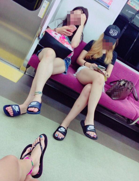 【美脚エロ画像】素人の脚が見たけりゃ電車へ…朝夕はムッチリ太もも見放題! 06