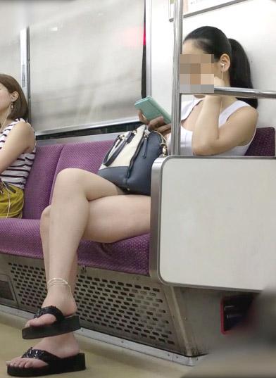 【美脚エロ画像】素人の脚が見たけりゃ電車へ…朝夕はムッチリ太もも見放題! 08