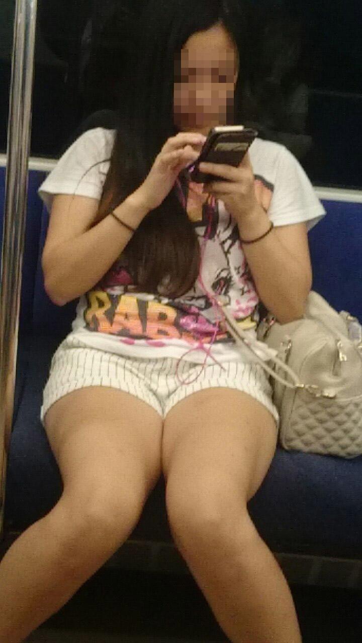【美脚エロ画像】素人の脚が見たけりゃ電車へ…朝夕はムッチリ太もも見放題! 10