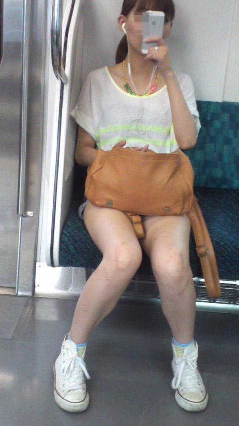 【美脚エロ画像】素人の脚が見たけりゃ電車へ…朝夕はムッチリ太もも見放題! 11