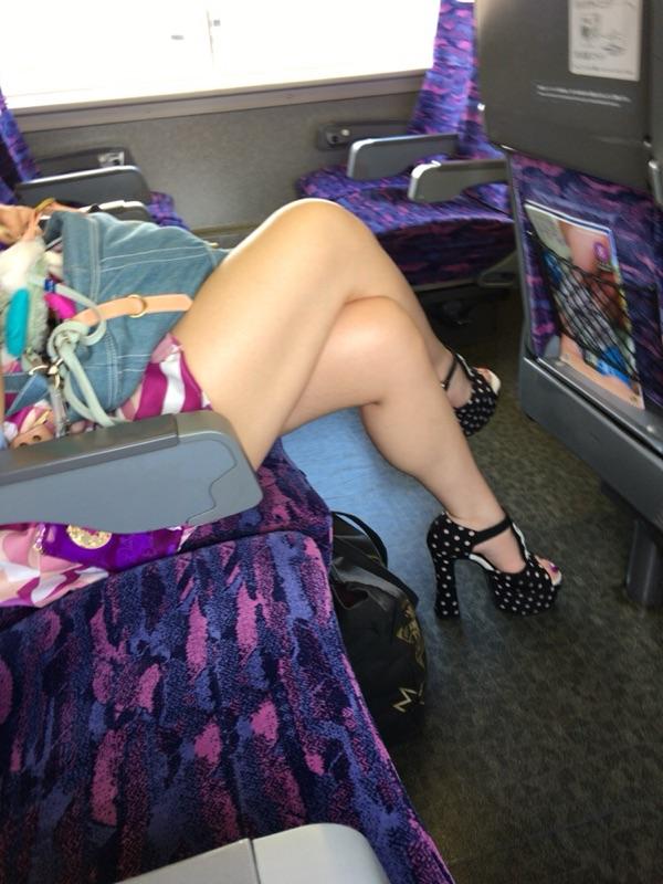 【美脚エロ画像】素人の脚が見たけりゃ電車へ…朝夕はムッチリ太もも見放題! 12