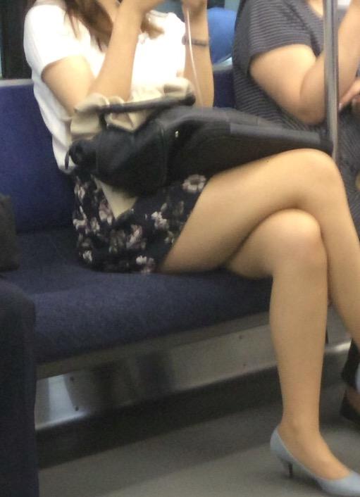 【美脚エロ画像】素人の脚が見たけりゃ電車へ…朝夕はムッチリ太もも見放題! 13